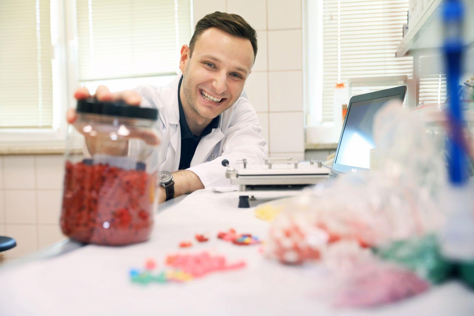- Sporządzanie leków recepturowych nie jest nudne i odtwórcze - twierdzi dr Maciej Karolak